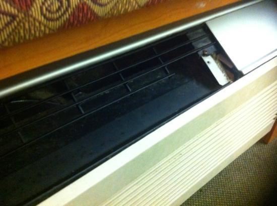 Microtel Inn & Suites by Wyndham Newport News Airport: AC Grill Broken
