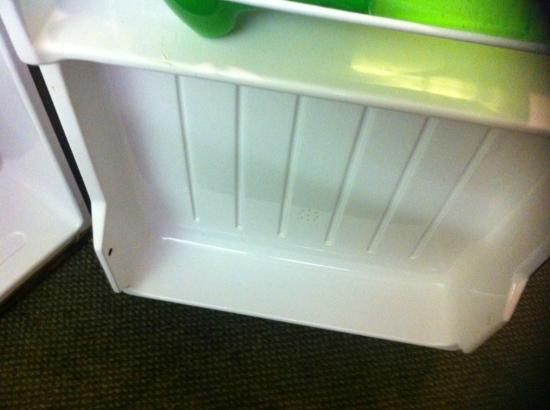 Microtel Inn & Suites by Wyndham Newport News Airport: Shelf in refrigerator broken