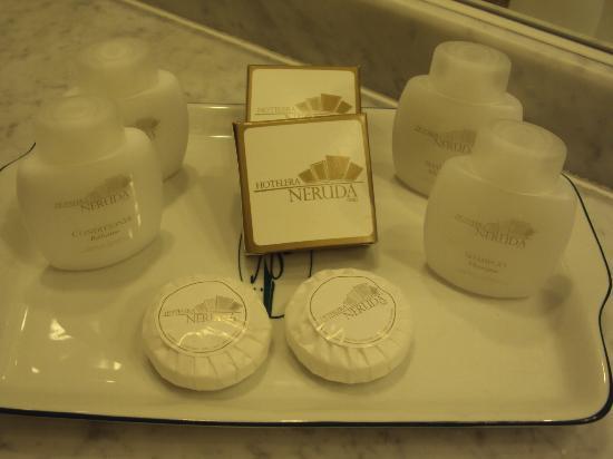Hotel Neruda: Sabonetes, shampoo, condiocionar e toca de banho.