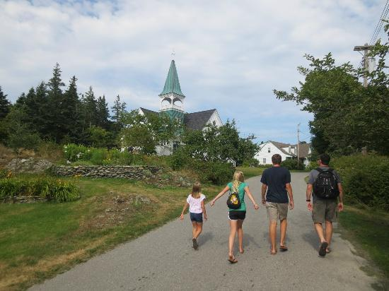 Little Cranberry Island (Islesford), เมน: Strolling the main road on Little Cranberry Island, ME