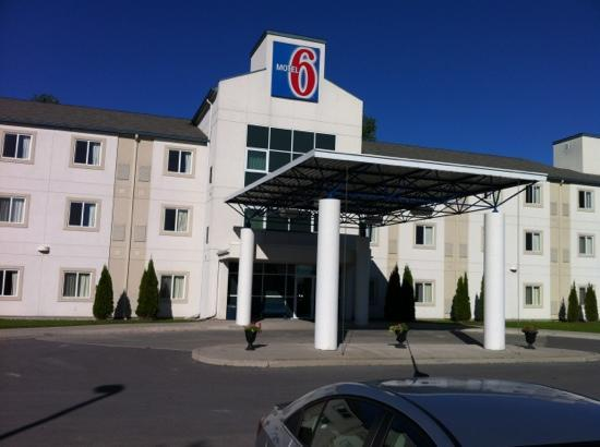 Motel 6 Peterborough: hotel entrance