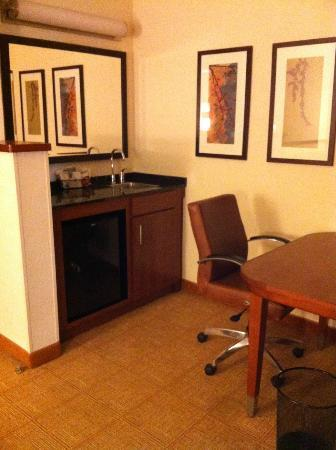 Hyatt Place Atlanta Airport North: Wet bar/desk