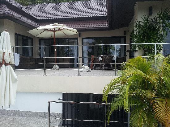 Vue sur la terrasse depuis les transat de la pisicne
