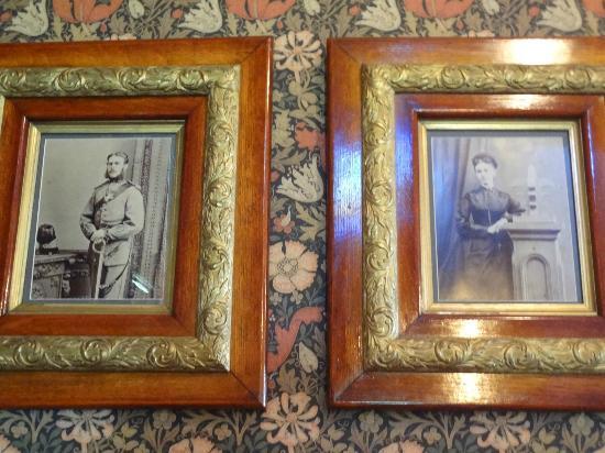 Beaconsfield Historic House : 1階―2つの写真が飾られています。