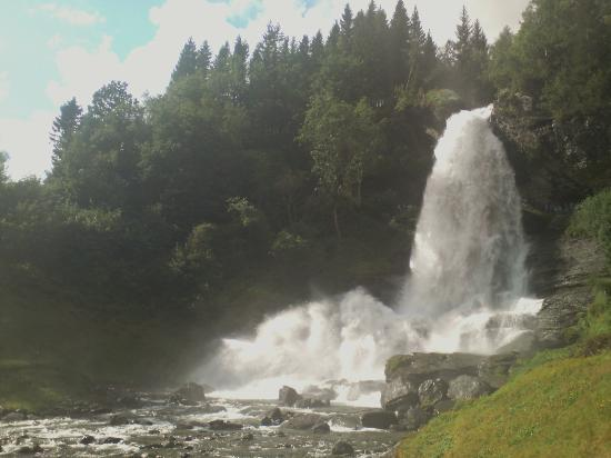 Steinsdalsfossen Waterfall : The falls are only about 100m fom the main road to Norheimsund