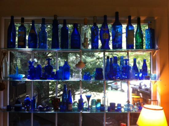 Nauset House Inn: Blue bottles at Nauset House