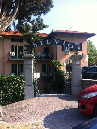 Hotel Silvio: L'entrée de l'hôtel