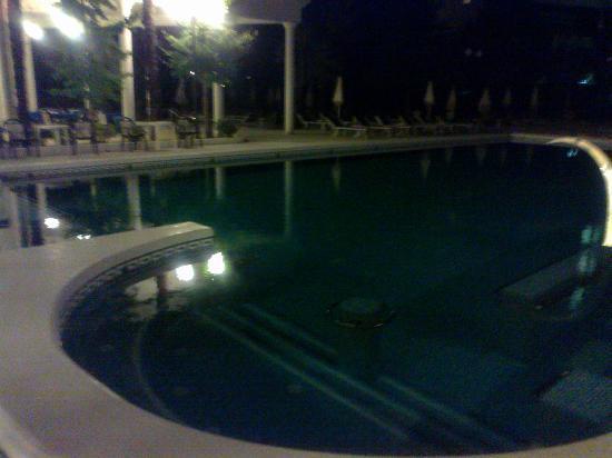 La Residence & Idrokinesis: Piscina notturna.