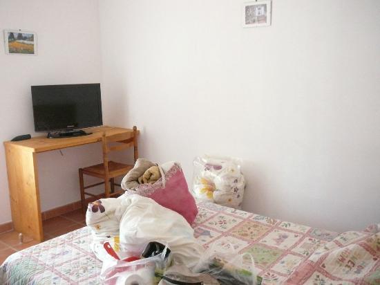 Motel Le Clos De La Cerisaie : lit et bureau