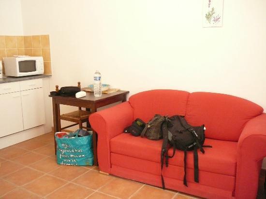 Motel Le Clos De La Cerisaie : coin cuisine et salon
