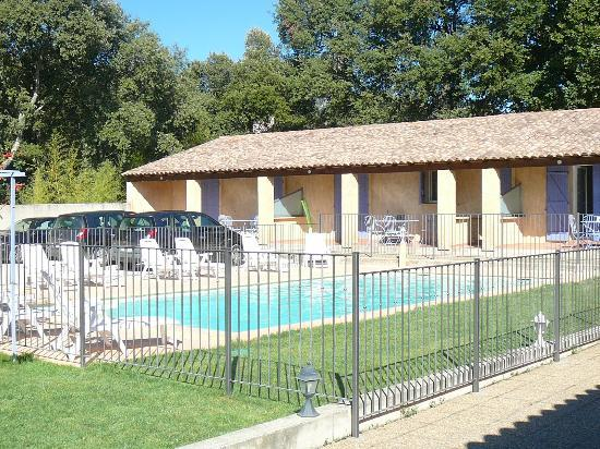 Motel Le Clos De La Cerisaie : piscine sécurisée