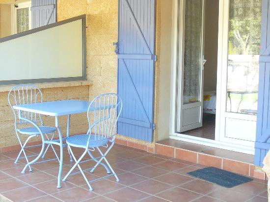 Motel Le Clos De La Cerisaie : terrasse individuelle