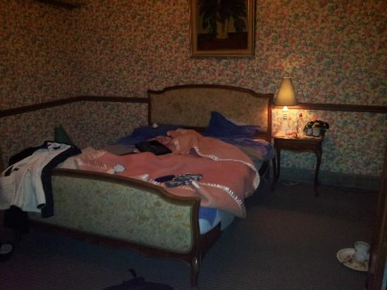 70 Traversiere Bed & Breakfast: room in the basement, no table in the room
