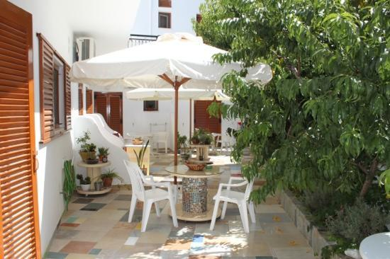 Cyclades Hotel and Studios: Beautiful tiled garden