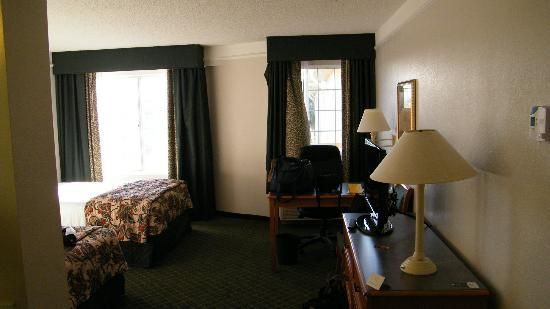 La Quinta Inn & Suites Tucson Airport: room... if you look closely the curtain is disattached on left side on right window