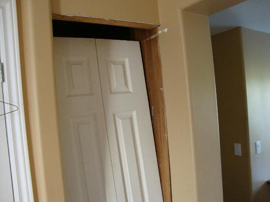 Trenton Park Motel: Interior door propped up by chair