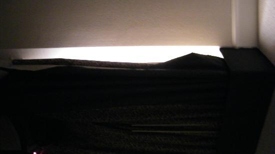La Quinta Inn & Suites Tucson Airport: picture is of light streaming in at the side of the curtain because it is not attached to wall