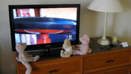 La Quinta Inn & Suites Tucson Airport: friends admire the nice flatscreen tiv