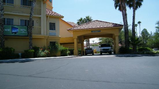 La Quinta Inn & Suites Tucson Airport: front entrance