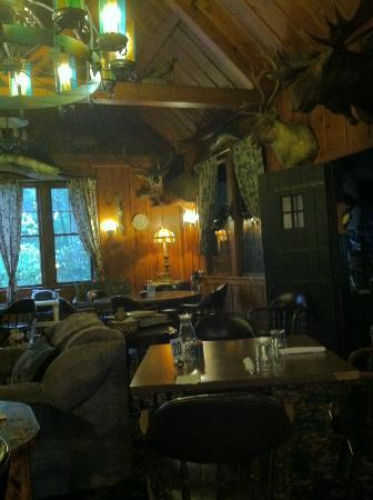 Bolivar, Νέα Υόρκη: Sitting area and dining room in the redwood lodge