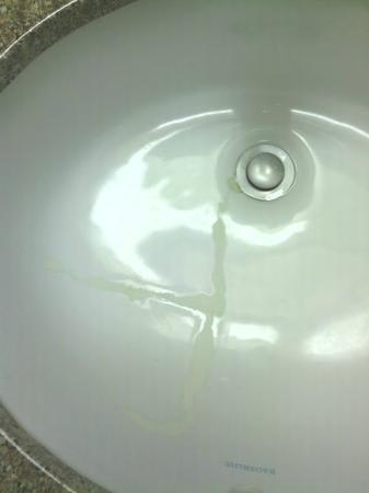 "Quality Inn: Broken sink ""fixed"" with thick putty"