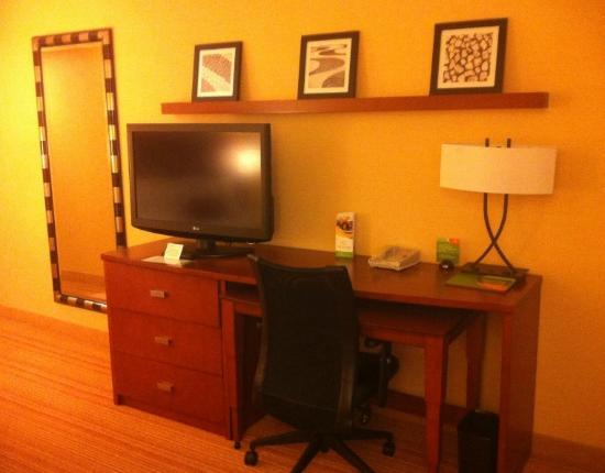 Courtyard by Marriott Albany Thruway: Desk and TV Area