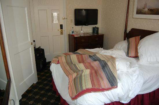 Hawthorne Hotel: hotel room w/ tv on side wall