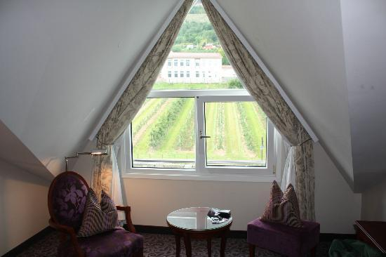 Hotel Ullensvang: Chair and view in the room