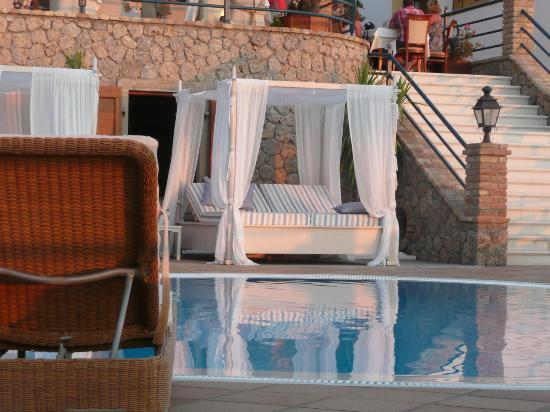 Delfino Blu Boutique Hotel: Bed by pool