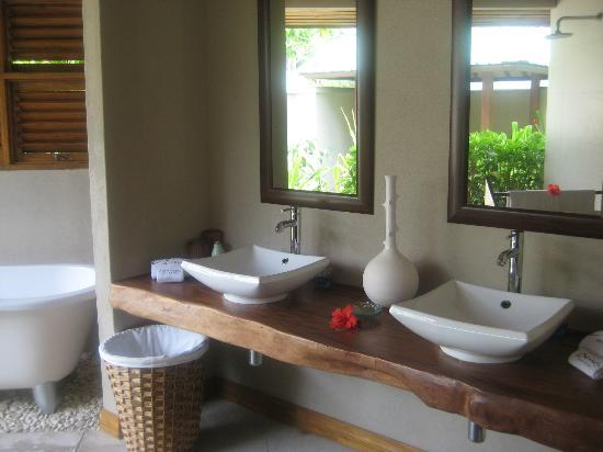 Denis Private Island Seychelles: Our outside bathroom