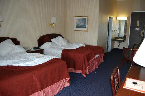 Howard Johnson Inn Mystic : room, looking toward door