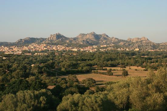 Hotel Stazzo Lu Ciaccaru: La vue sur Arzachena depuis les nouvelles suites et le restaurant