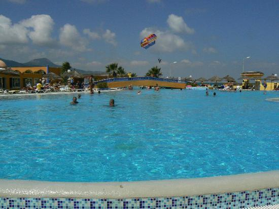 Sun Beach Resort : piscine