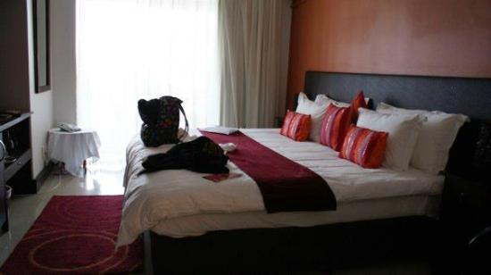 Primi Seacastle Guest House: Bedroom with ample sized bed and wonderfully comfy pillows.