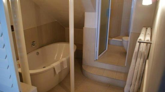 Primi Seacastle Guest House: Fantastic sized bathroom and bath with separate shower.