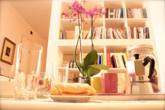 B&B Colazione da Bubi: library and orchid
