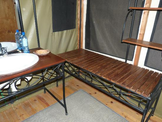 Lake Burunge Tented Camp: luggage rack in the bathroom