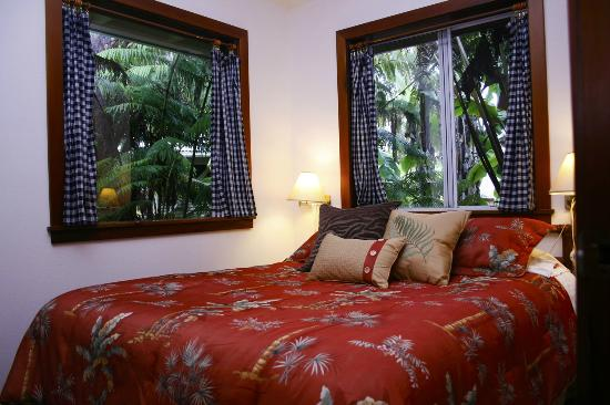 Volcano Guest House: Twin Cottage queen bed.
