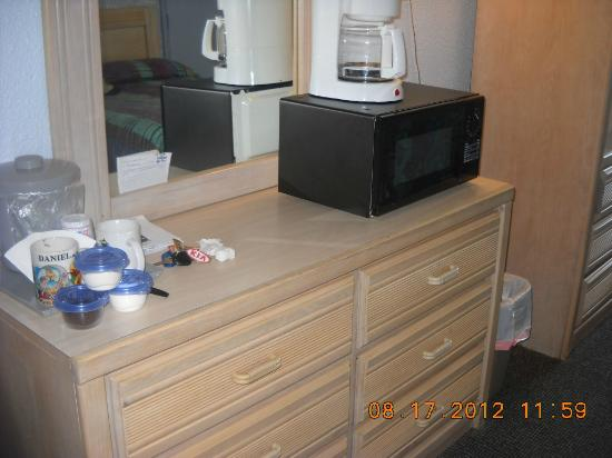 Indigo Inn: Dresser, coffee maker and microwave