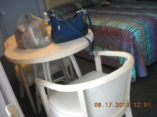 Indigo Inn: Table and chairs in room