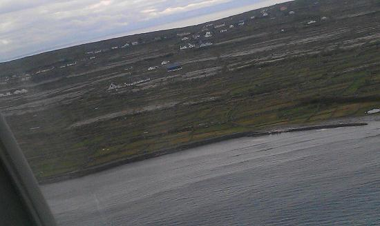 Inis Meain Restaurant & Suites: Landing approach to Inis Meain