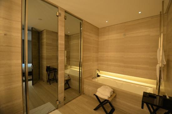 Bathroom picture of armani hotel milano milan tripadvisor for Bathroom 4 less review