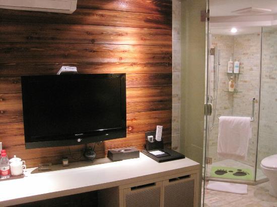 Lotus Glade Hotel 52 Villa: Desk/TV