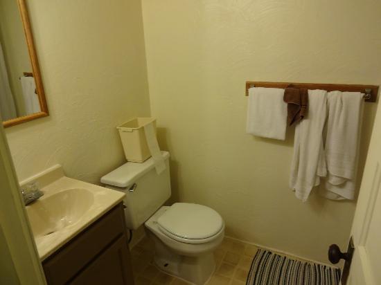 Birchcliff Resort: bathroom