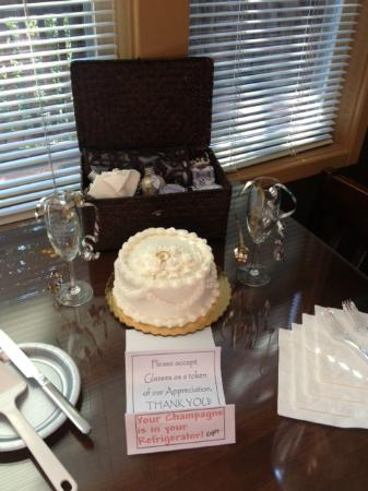 Oak Crest Cottages and Treehouses: Anniversary and Jacuzzi Package