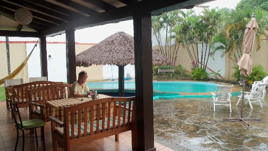 Los Aventureros: Breakfast beside the pool