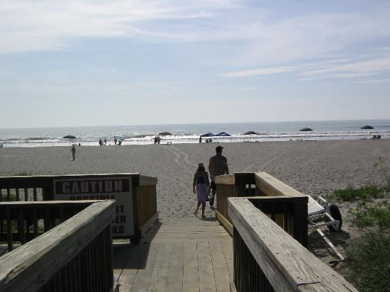 Ocean Landings Resort and Racquet Club: walkway to beach