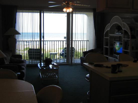 Ocean Landings Resort and Racquet Club: Living room  - looking out to terrace