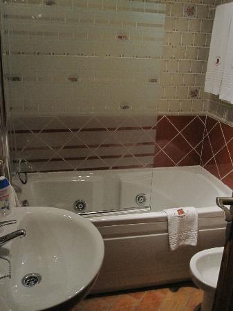 Casa Rural El Capricho del Valle: baño con bañera hidromasaje