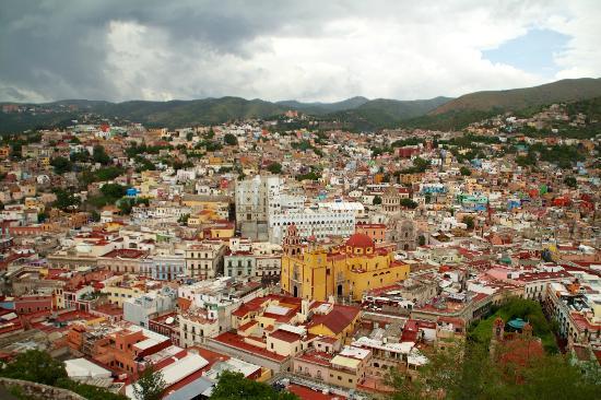 Basilica of Our Lady of Guanajuato : Vista della Basilica e di una parte di Guanajuato